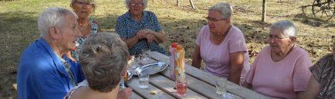 La Ferme au Village ravive les souvenirs de Mme Landelle (98 ans),Mme Gélot et Mme Girard (merci à l'ADMR).